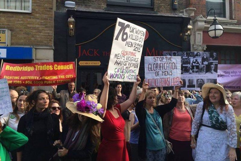 抗議者在「開膛手捷克」博物館前 (Vince Quinlivan 提供)