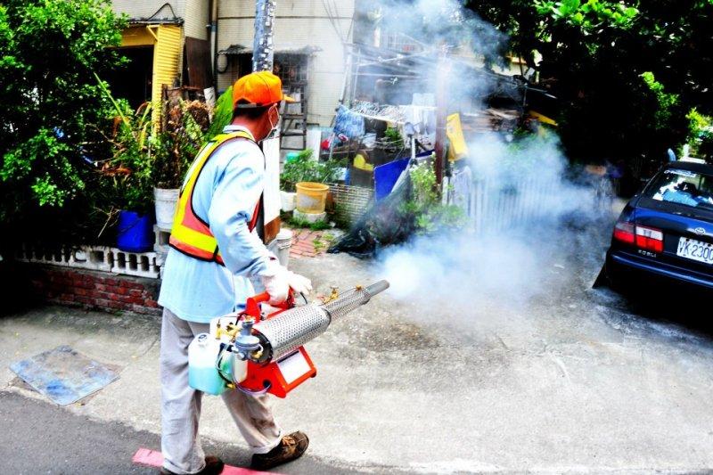 台南登革熱疫情嚴重,疾管署籲民眾一定要注意居家環境的孳生源清除、及蚊蟲的消滅工作。(取自 畫解登革熱-防疫推動創作競賽臉書)