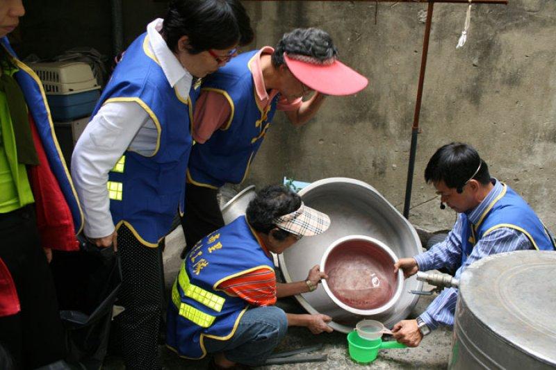 南部地區登革熱疫情嚴重,台南首當其衝,台南地區裡長帶領里民清除積水容器。(取自 臺南市南區文南社區發展協會網站)