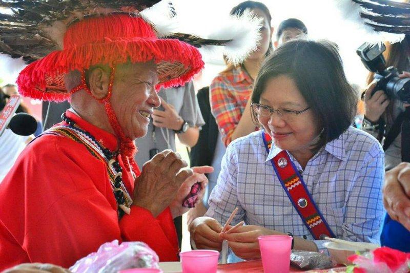 蔡英文前往花蓮太巴塱部落參與阿美族豐年祭。(取自蔡英文臉書)