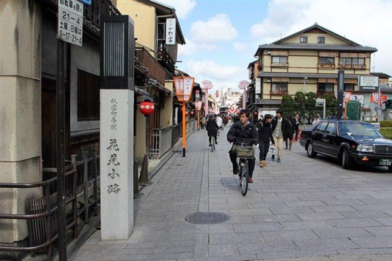 花見小路是京都最有名的花街,以藝妓聞名,有許多茶屋、料亭、酒吧,白天古色古香,到了夜晚就成為有錢人歡聚的場所。(記者楊曉琦攝)