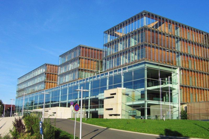 外觀一點兒都看不出來是結合監獄和法院的複合式建築(圖/Daniela Ebner@wiki)