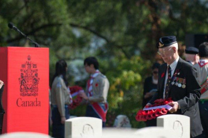 蔡彼得悼念參與香港戰役的軍人。(BBC中文網)