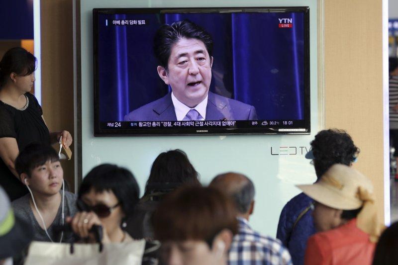 南韓民眾14日觀看安倍談話記者會(美聯社)
