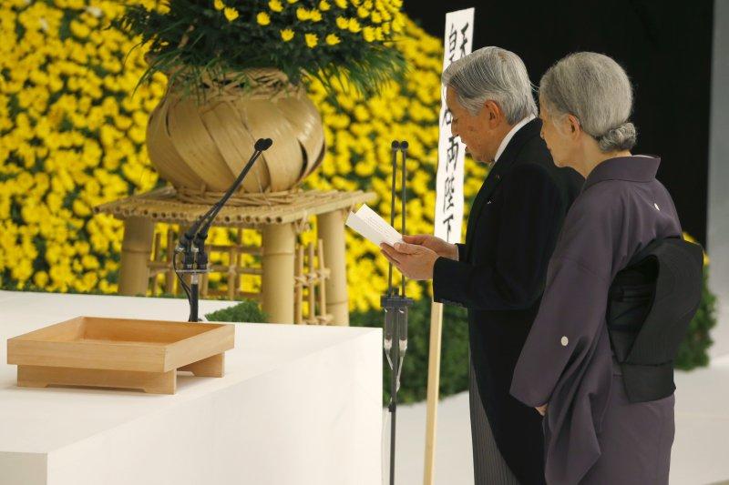 日本明仁天皇參加全國戰歿者追悼式。(美聯社)