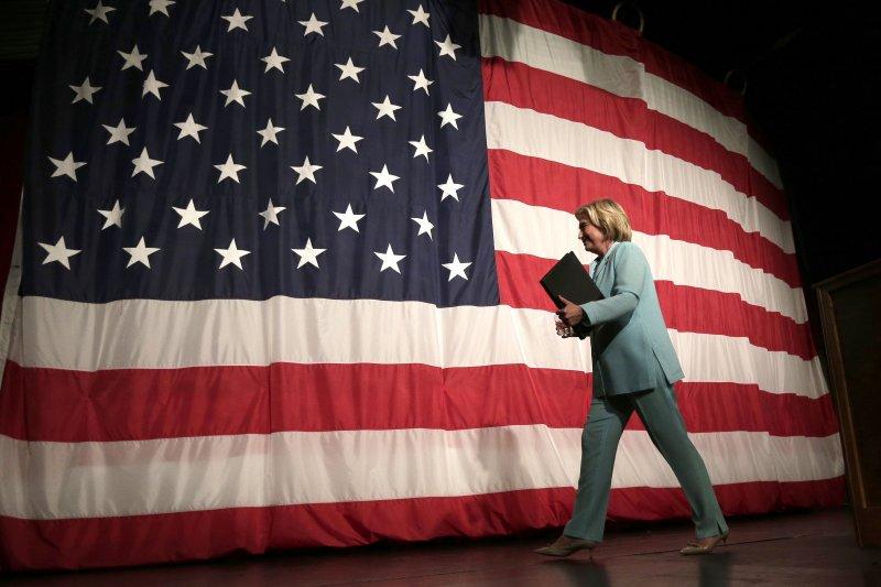 14日,爭取民主黨總統提名的希拉蕊走下愛荷華州初選的發言台。(美聯社)