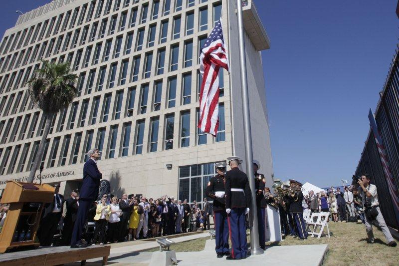 美國國務卿凱瑞(左)14日參加美駐古巴大使館升旗典禮。(美聯社)
