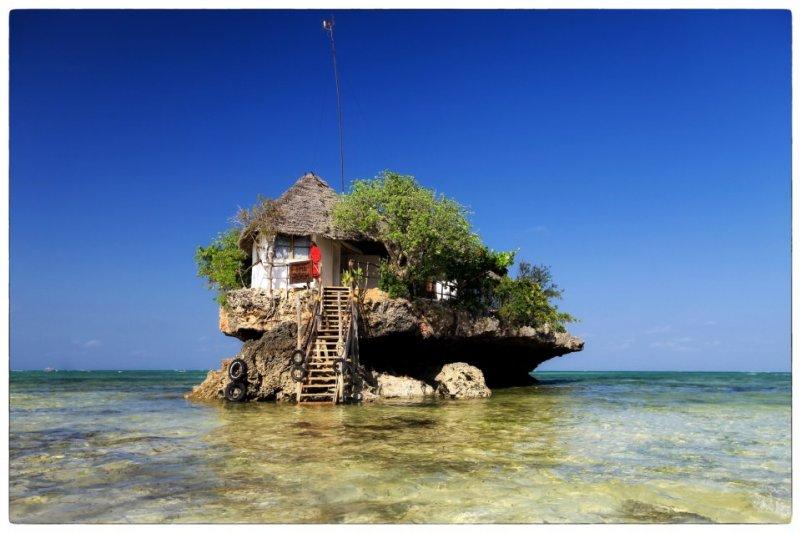 位於海上巨石上的巨石餐廳。(圖/The Rock Restaurant Zanzibar@facebook)