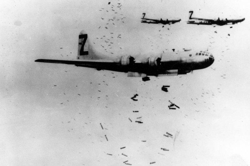 美國當時出動許多B-29轟炸機空襲日本,日軍則主要使用高射炮攔截。(圖取自維基百科。)