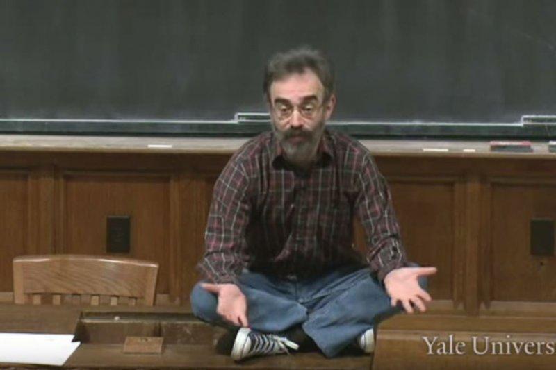 卡根教授盤腿坐在講台上,以輕鬆幽默的語調談論生死(圖/YaleCourses@youtube)