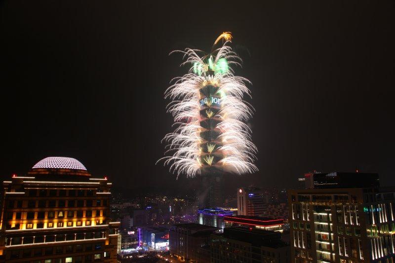 台北101煙火一直是台北市民跨年矚目的活動,今年以自然生態為主題。(圖片為2012年跨年煙火 圖片來源:台北市政府)