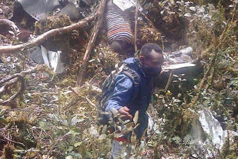 印尼搜救人員在殘骸中找尋失事證據。(美聯社)