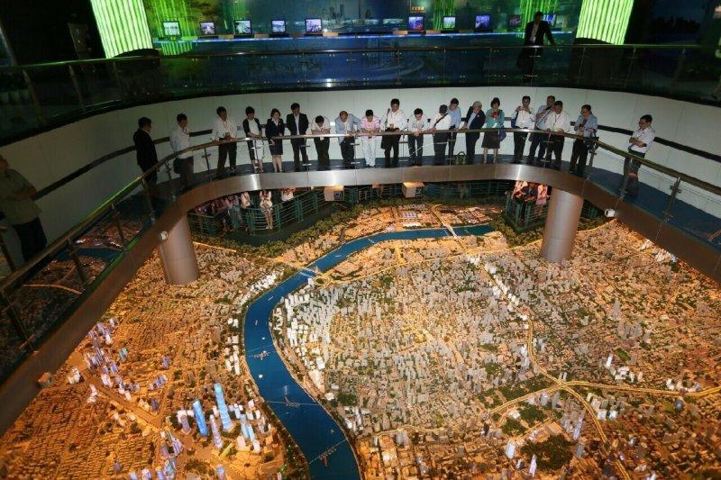 台北市長柯文哲18日參觀上海檔案館、中國共產黨第一次全國人民代表大會會址、青年創業基地,以及城市規劃展覽館等地,並在參訪後接受媒體聯訪。(台北市政府提供)