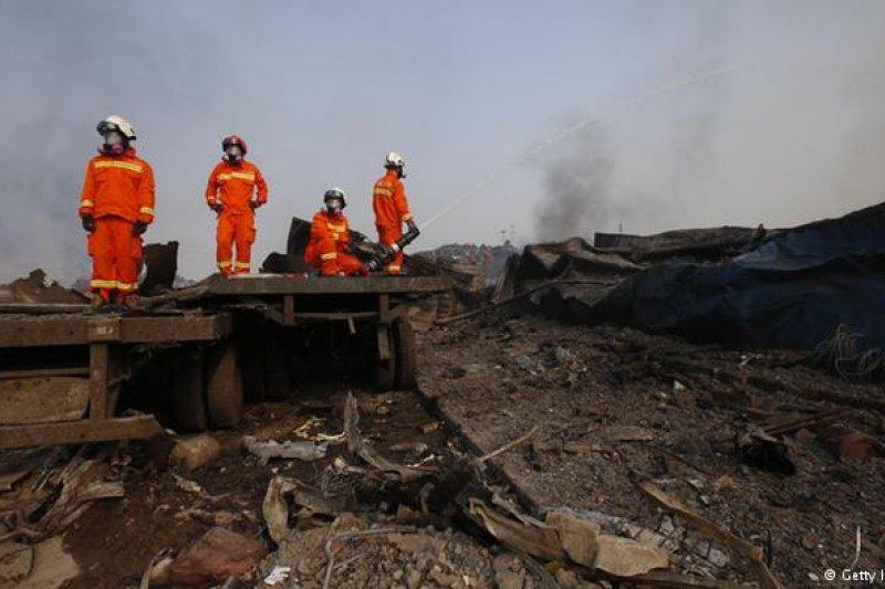 取自Twitter 天津大爆炸後現場的消防員們