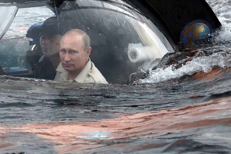 普京搭乘潛水艇。(取自美聯社)