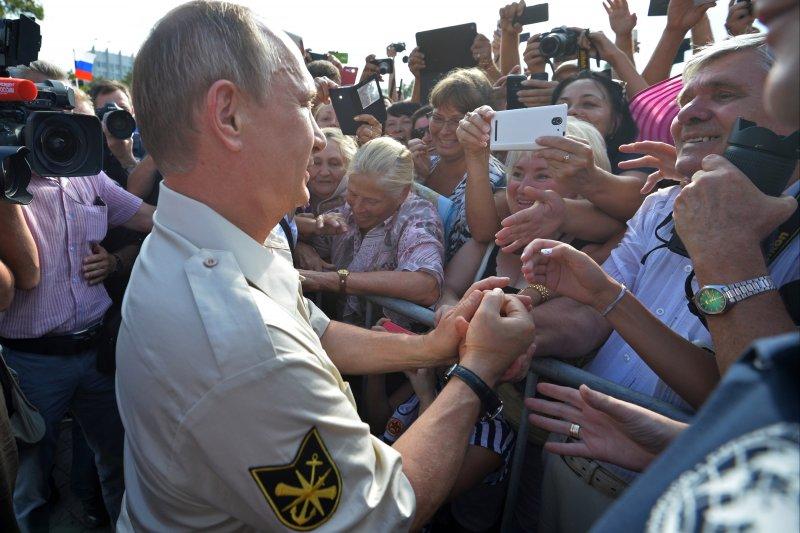 普京搭乘潛水艇前,民眾夾道歡迎,瘋狂搶拍(美聯社)。