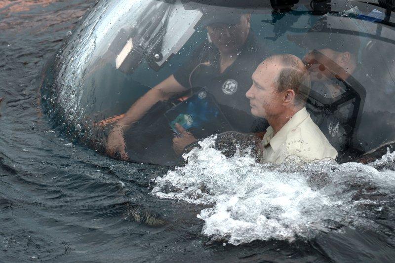 潛水艇下潛中,普京要出發去找沉船啦(美聯社)。