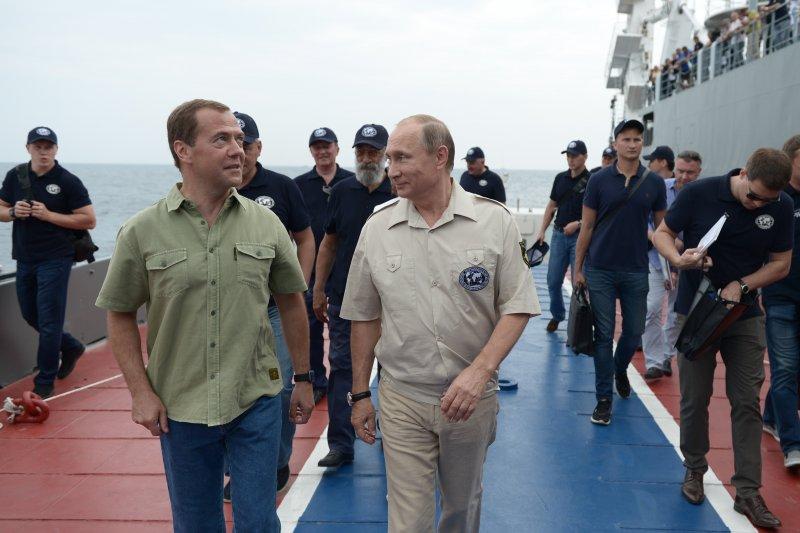 搭乘潛水艇前,普京和俄羅斯總理梅德韋傑夫(Dmitry Medvedev)有說有笑(美聯社)。