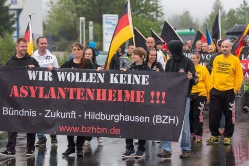 德國居民發起遊行抗議安置難民在本地區。(BBC中文網)