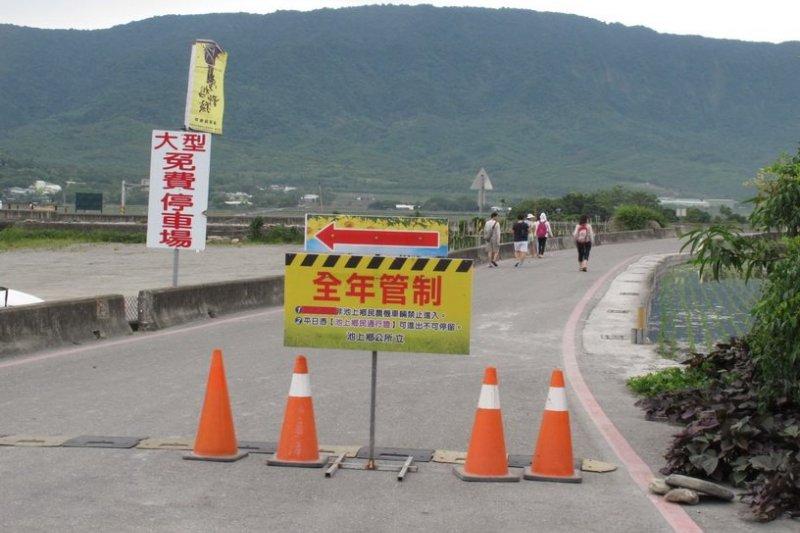 台東池上鄉的伯朗大道,禁止汽機車進入,遊客只能走路和騎自行車進入。(取自劉克襄臉書)