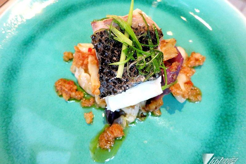 青蔥蒸鱸魚佐以油封蒜末及甘藍菜