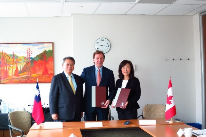 總統府20日晚間發布人事命令,任命駐加拿大代表令狐榮達(左)為外交部政務次長。(取自駐加拿大台杯經濟文化代表處官網)