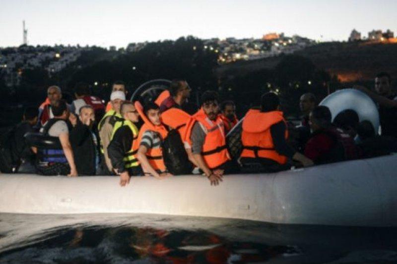 敘利亞移民從土耳其乘小船跨海進入希臘。分擔難民安置成了歐盟各國的棘手問題。(BBC中文網)