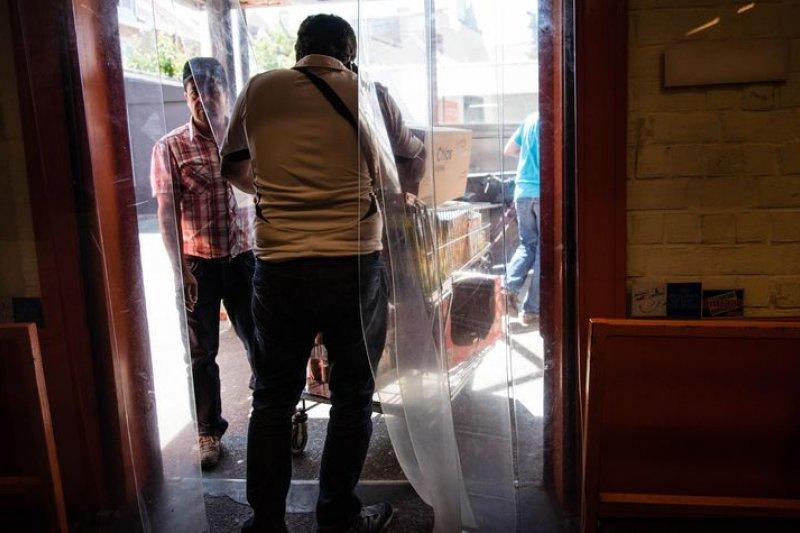 Sudhir剛從Colruyt超市裡結束每天下午的採購。洪滋敏攝