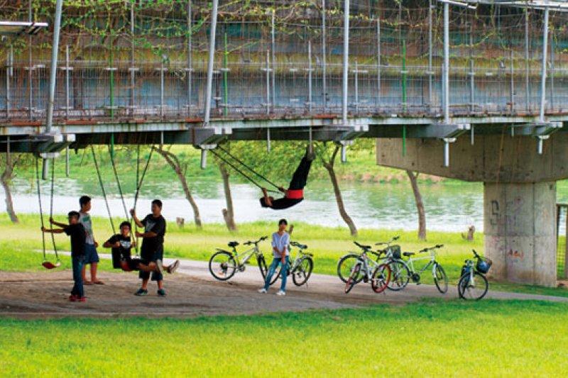 田中央在宜蘭市慶和橋畔加掛的「津梅棧道」解決了人行問題,搭配橋下設施與該宜蘭河段的綠化,整個改造為人性空間,是日本建築界多人稱許的作品。(攝影者.李明宜)
