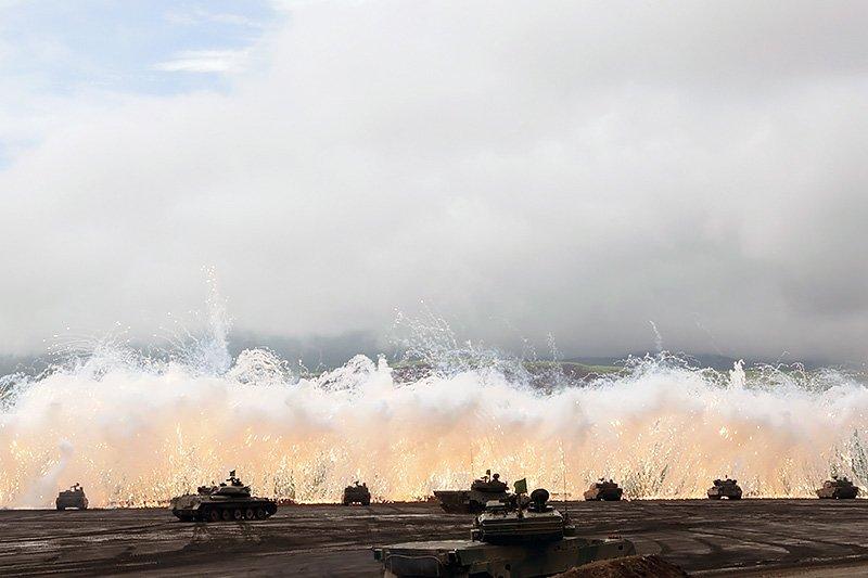 富士總合火力演習,自衛隊在煙幕掩護下準備發動全線攻擊。