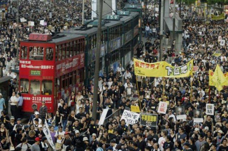 2003年的泛民主派七一遊行——停頓的電車見證了香港一頁又一頁的歷史。(BBC中文網)