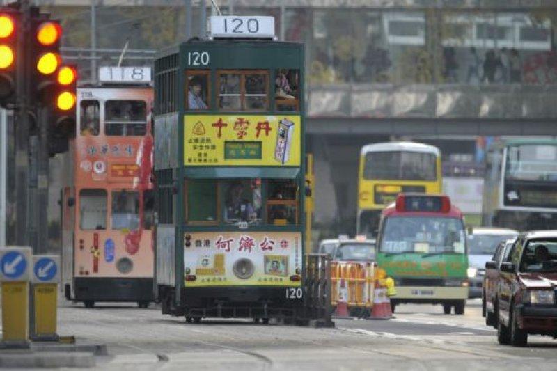 電車絕大多數路面與一般汽車公用。(BBC中文網)