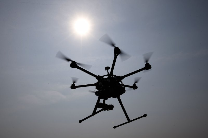 隨著電影《看見台灣》賣座,遙控無人機也跟著流行,行政院24日修法通過,列管15公斤以上的遙控無人機。(資料照,美聯社)