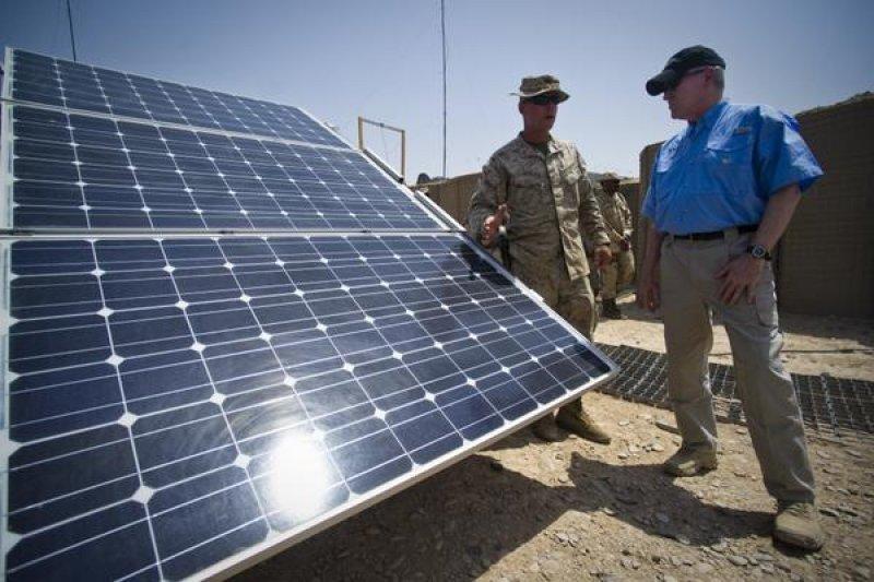 太陽能發電適合日照長、土地大的國家,台灣條件未必適合。圖為美國亞利桑那州的太陽能板設施。(美聯社)