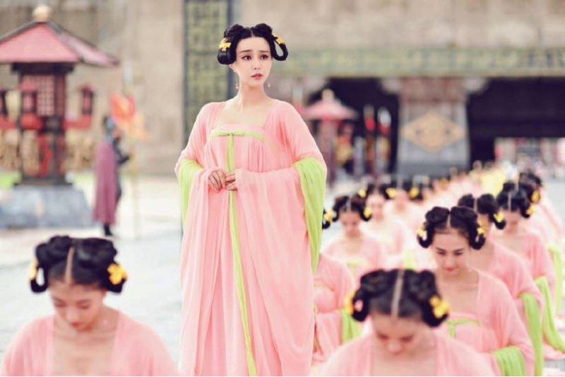 寬袖長裙是中晚唐的時尚,不過當時就算裙腰繫胸,也只是呈現女性自然的身形,而不是像電視劇那般刻意擠出波濤洶湧。(圖/旅讀中國)