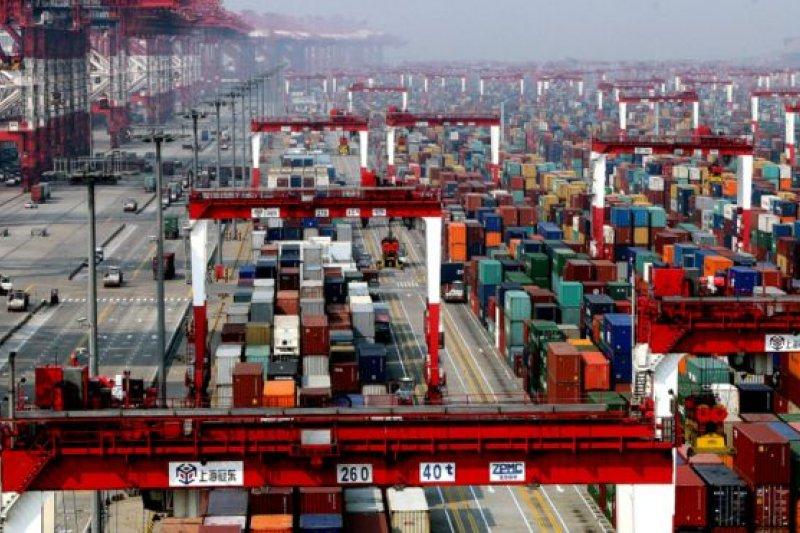 股災引發了對中國經濟走勢的爭論。圖為上海洋山港的貨櫃碼頭。(BBC中文網)
