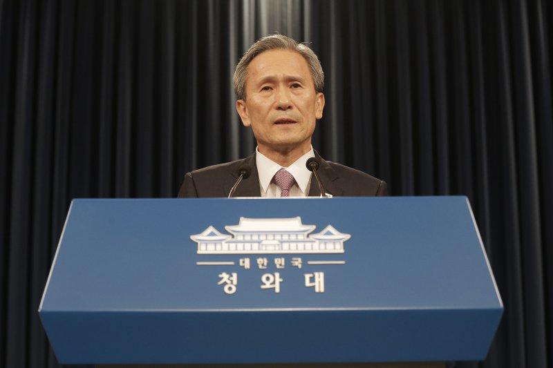 南韓國家安保室室長金寬鎮25日凌晨在青瓦台發佈兩韓聯合新聞稿。(美聯社)