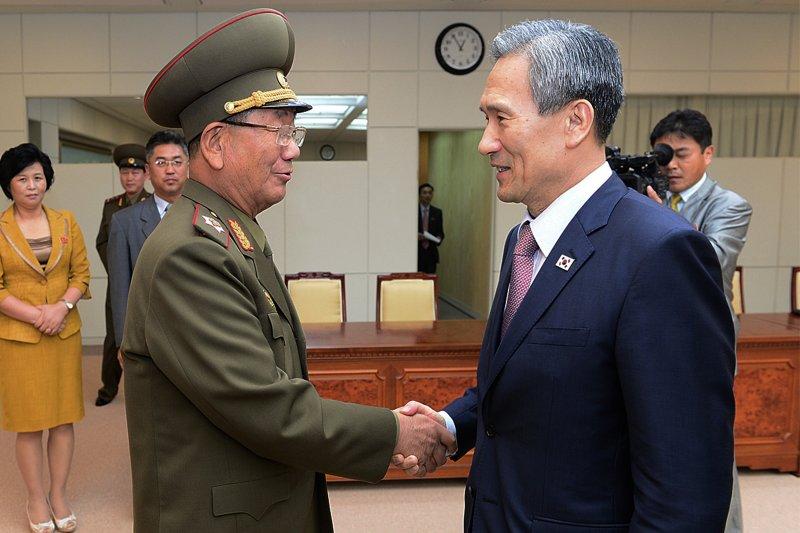 南北韓4天來的馬拉松談判終於在25日凌晨落幕,南韓國家安保室長金寬鎮與北韓朝鮮人民軍總政治局局長黃炳誓握手示意。(美聯社)