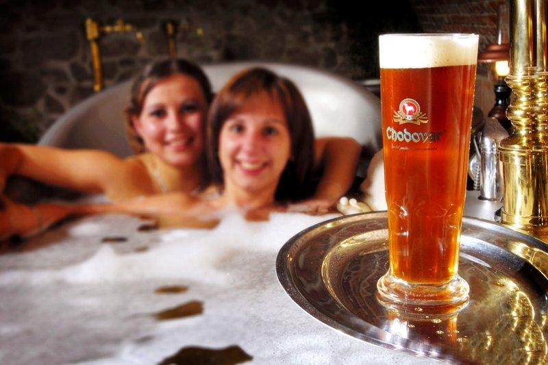 泡完保證皮膚沽溜沽溜,再來杯道地啤酒(圖/Chodovar Brewery)