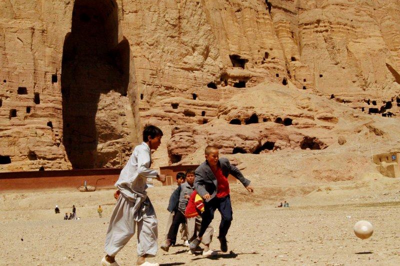 當地孩童在空無一物的壁龕前踢球(美聯社)。