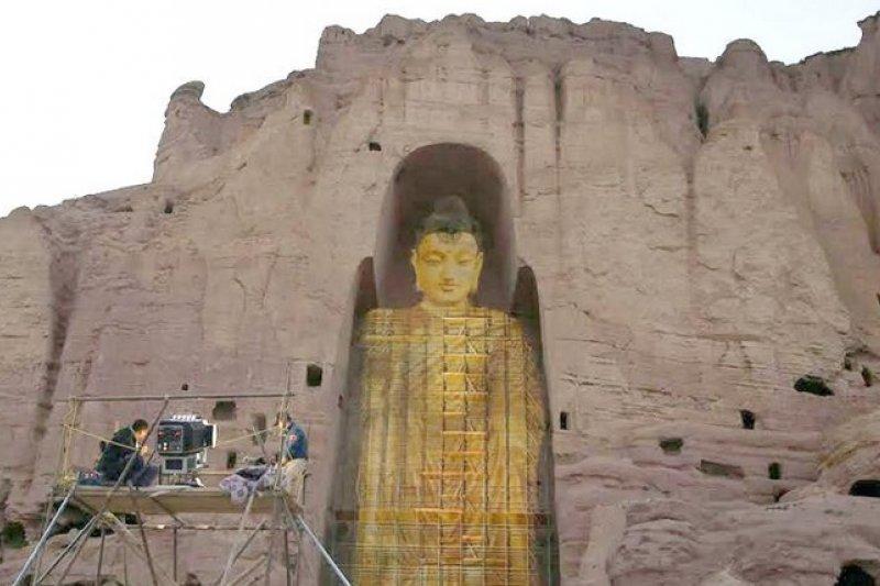 一對來自中國的夫妻,透過3D投影技術重現巴米揚大佛。(取自推特)