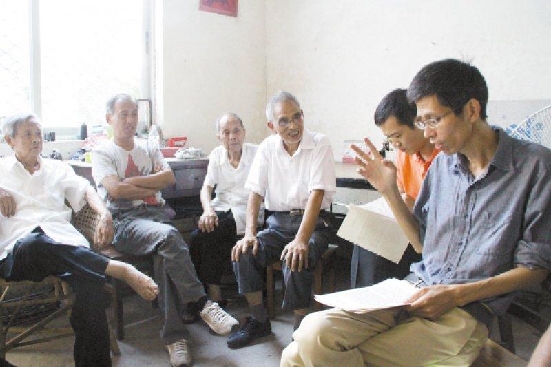 潘國平(右)與索賠團代表商討案情。(新華網)