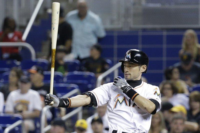 美國職棒日籍球星鈴木一朗在25日的比賽中,完成美國職棒生涯1萬打席的紀錄,圖為一朗打擊的招牌拉袖子動作。(美聯社)