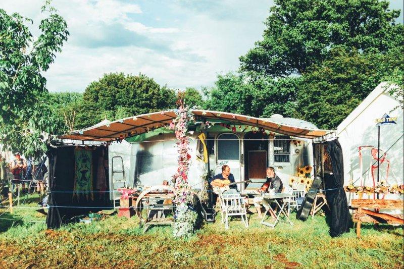 Glastonbury Festival 的 Green Peace 區,英國大叔們在露營車前彈奏音樂,愛與和平環繞草原。
