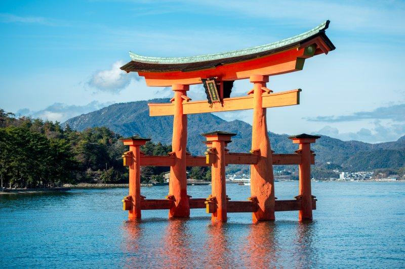 矗立在海面上的嚴島神社,簡直就是傳說中的龍宮。(圖/維基百科)