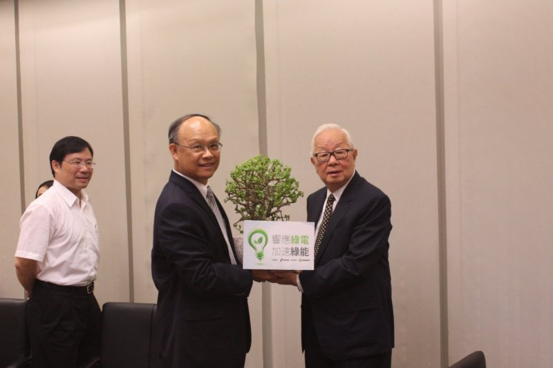 經濟部長鄧振中(左)將前往澳洲積極尋求台灣加入TPP的機會,但台積電董事長張忠謀(右)卻認為加入機會不大。(資料照,能源局提供)