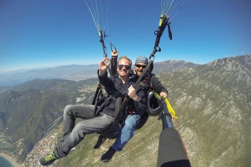 韋斯在土耳其搭乘滑翔翼(取自推特)。