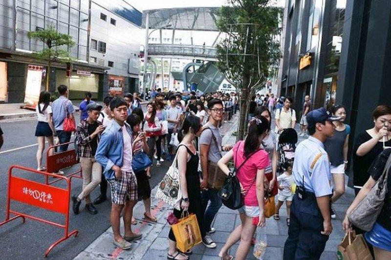 服飾店外排隊人潮(圖片來源:台灣極優服飾)