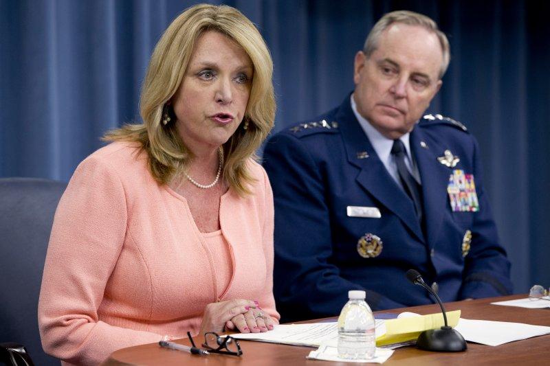 美國空軍部長詹姆斯(左)、空軍參謀長威爾許三世(右)24日宣佈F-22將首次進駐歐洲。(美聯社)