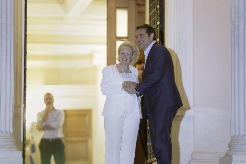 辭去希臘總理的齊普拉斯(右)與看守內閣總理薩努(左)。(美聯社)